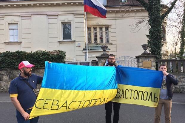 Украинцы в Хорватии устроили протест перед зданием посольства России