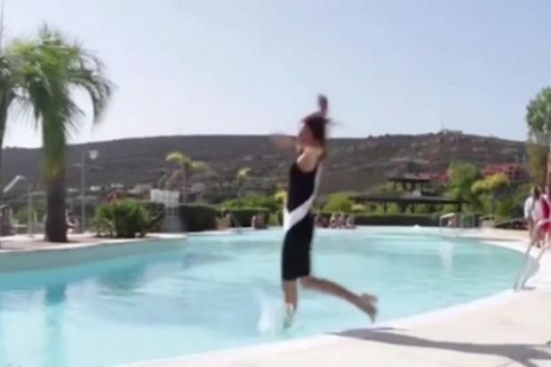 Участница конкурса красоты в Испании упала в бассейн во время дефиле