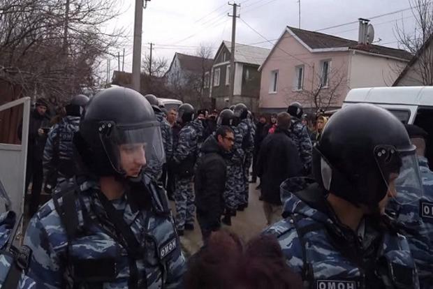 В Крыму проводят обыски еще у двоих крымских татар