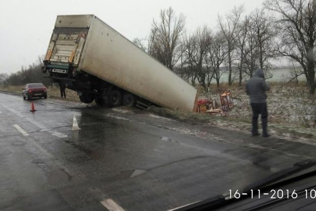 На трассе под Харьковом фура «слетела» в кювет