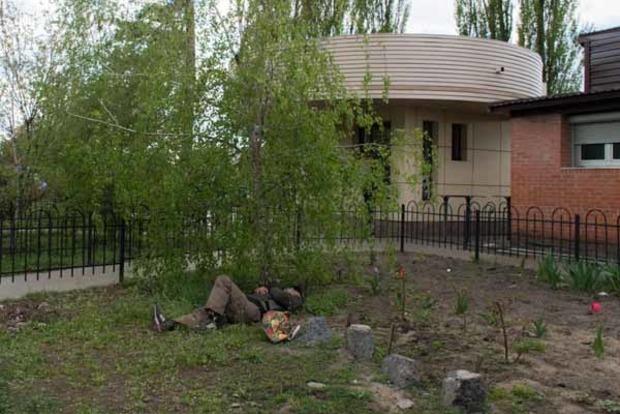 В Киеве возле станции метро умер мужчина, подавившись салом