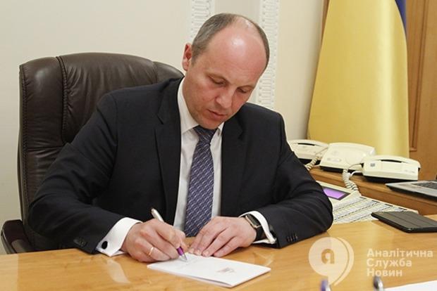 Парубий направил Порошенко на подпись законопроект об изменениях в Конституцию в части правосудия