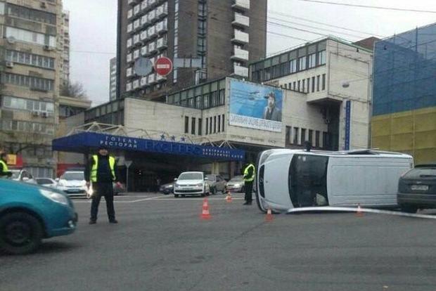 На бульваре Шевченко в Киеве перевернулся микроавтобус Mercedes