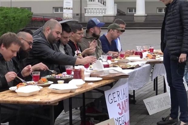 В Вильнюсе правосеки плотно покушали перед голодающими ватниками