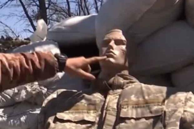 Бойцы ВСУ используют манекен «Петр» для определения позиций снайперов боевиков