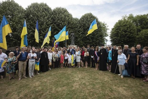 Порошенко во Франции наведался к памятнику королеве Анне Киевской