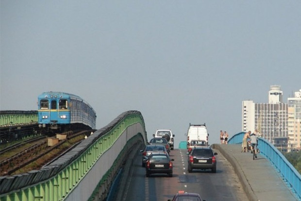 В Киеве ограничат движение транспорта на мосту Метро