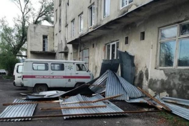 Ураган на Закарпатье срывал крыши домов, корчевал деревья и уничтожил теплицы. Фото, видео