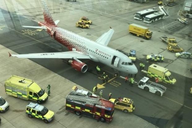Российский самолет отдавил ногу сотруднику аэропорта в Лондоне