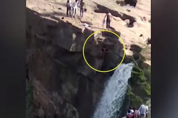 Пьяный турист полез освежиться под водопадом, и убился с огромной высоты (видео 18+)