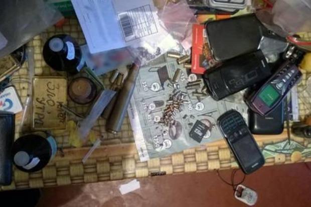 В Киеве правоохранители изъяли у мужчины оружие, боеприпасы и наркотики