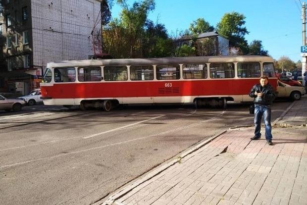 17 тонн жаху. У Кам'янському трамвай на повній швидкості злетів з рейок