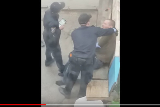 В Сумах озверевшая полицейская издевалась над мужчиной. Заведено дело