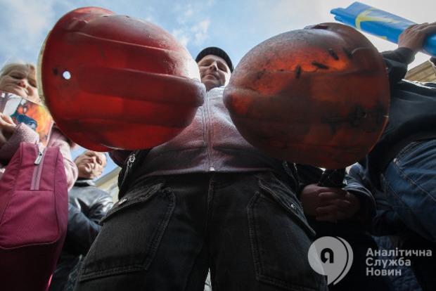 Грозил отбойным молотком: от Гройсмана снова требуют выплатить шахтерам долги по зарплате