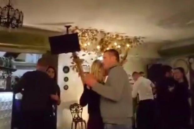 Офицеры, россияне! За танцы под Газманова тернопольские полицейские поедут в АТО