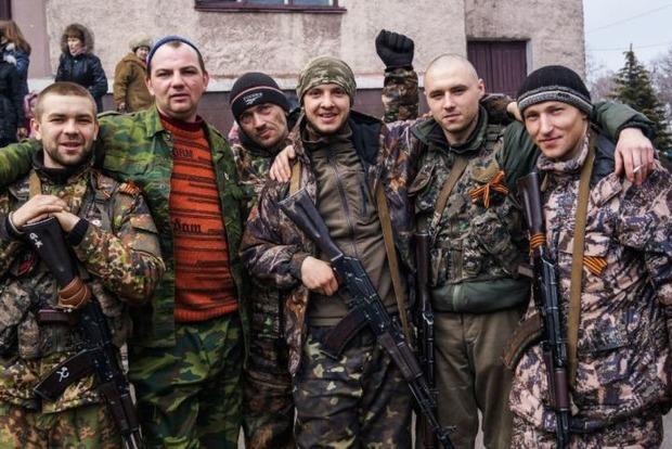Боевики в ЛНР понизили зарплаты гражданских, чтобы те охотнее шли в армию