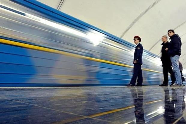 В Киеве на станции метро «Театральная» пассажир упал под поезд