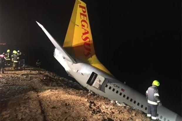 В Турции пассажирский Boeing скатился с обрыва