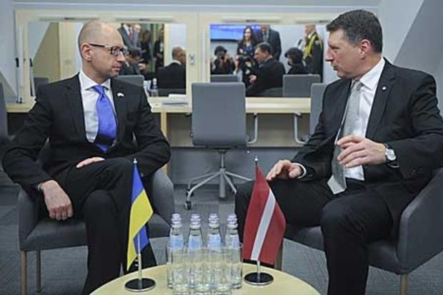 Яценюк во второй раз за две недели встретился с президентом Латвии