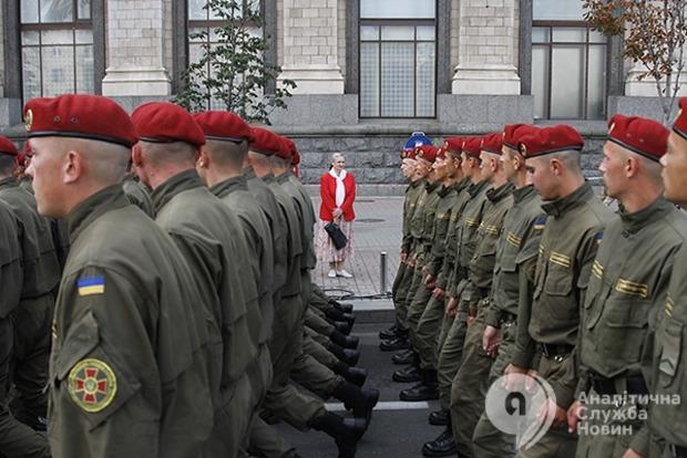 То, чего не увидишь на параде: на репетиции праздничного марша военным лечили мозоли и засыпали поцелуями