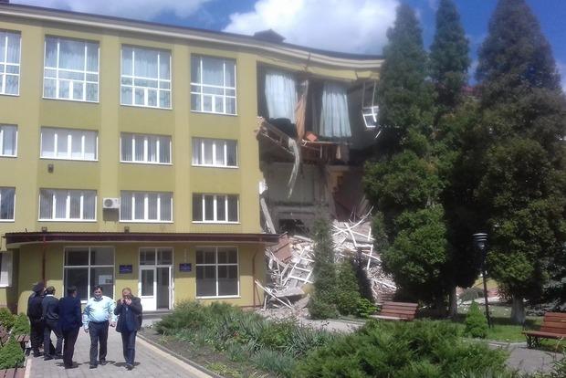 В Коломые рухнула стена колледжа, на месте работают две бригады спасателей