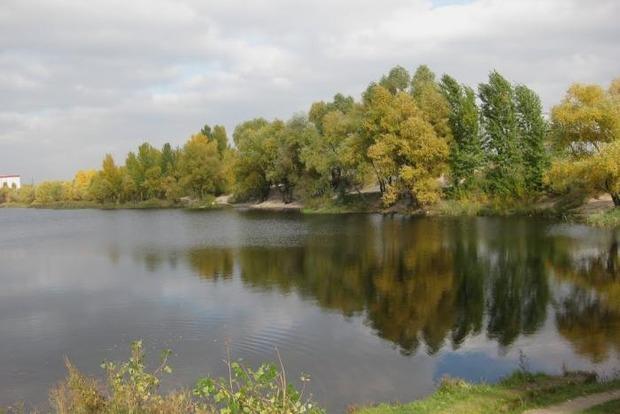 В Киеве на Троещине в озере нашли труп