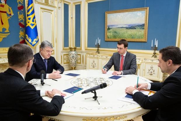 Порошенко встретился сОмеляном иСмилянским для решения проблемы Укрпочты