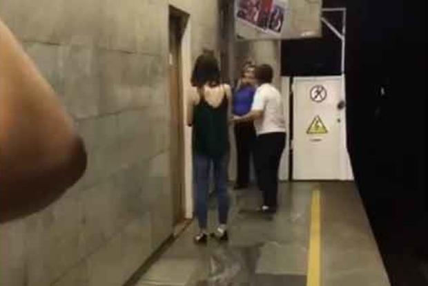 В Киеве девушка попыталась покончить с собой в метро. Появилось видео