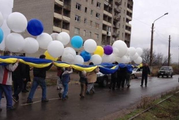 В небо над оккупированным Донбассом запустили украинский флаг