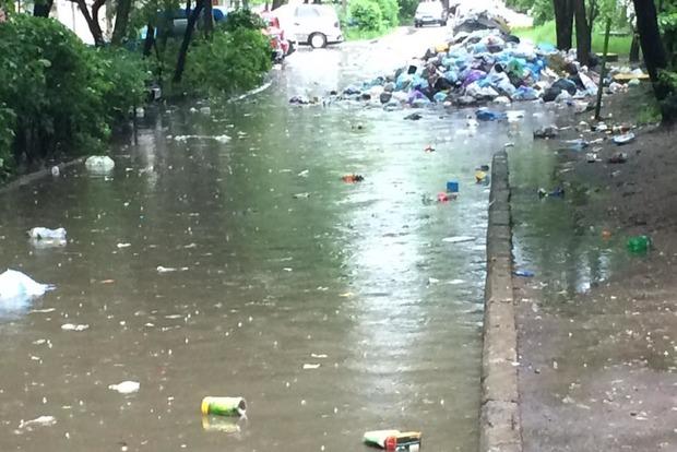 После мощного ливня по улицам Львова плавал неубранный мусор