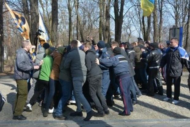 На могиле Шевченко свободовцы устроили потасовку с представителями партии Медведчука