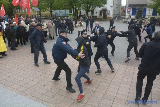 В Виннице произошла потасовка между молодыми людьми в масках и пожилыми митингующими