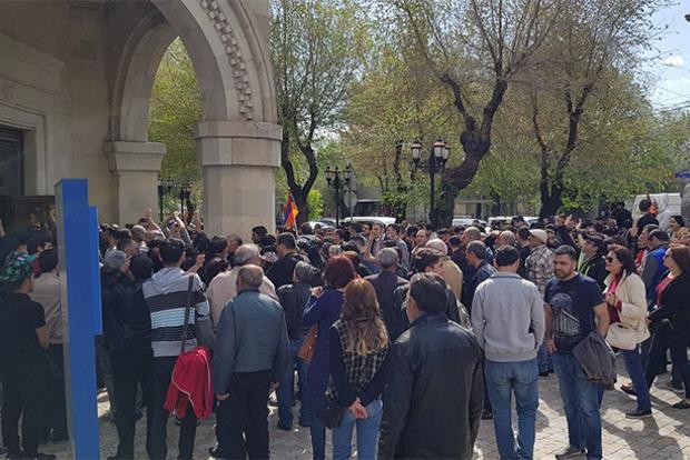 В Армении протестующие ворвались в здание Общественного радио