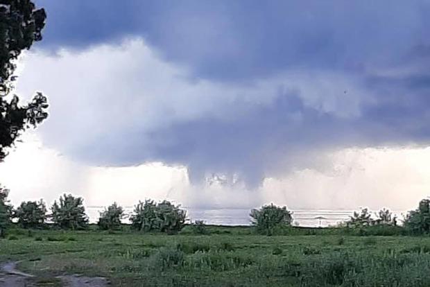 Торнадо не оставили Украину. Очередной смерч на юге страны. Впечатляющее видео