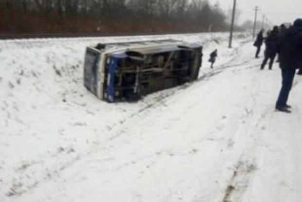 Во Львовской области автобус и авто слетели в кювет, рейсовый автобус загорелся