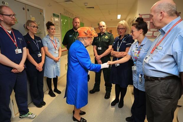 Елизавета II посетила жертв теракта в Манчестере