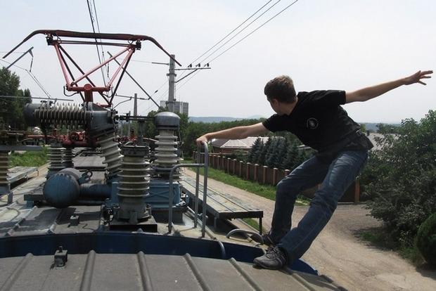 Под Киевом 18-летний экстремал получил удар током на крыше электрички