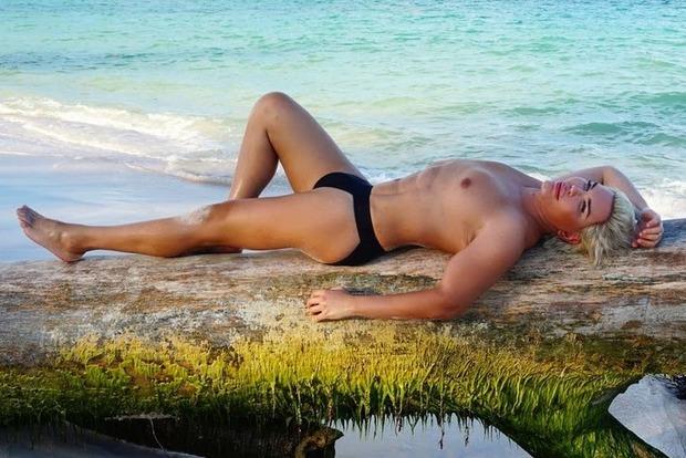 «Живой Кен» в плавках распугал людей на пляже Доминиканы