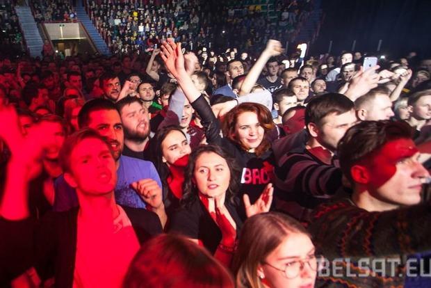 Белорусы на концерте Brutto стали на колени в память о погибших на Донбассе героях