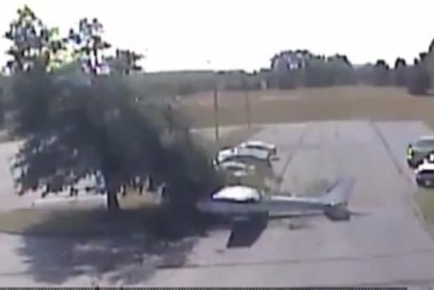 В США 80-летний пилот совершил на самолете кульбит и рухнул на стоянку