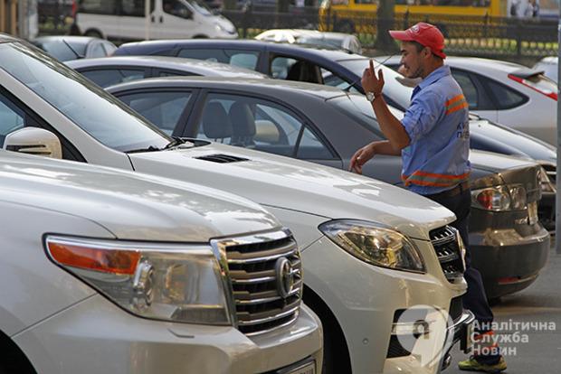 Парковщики продолжат работать, а «Киевтранспарксервис» обанкротится. Эксперты критикуют инициативу Кличко