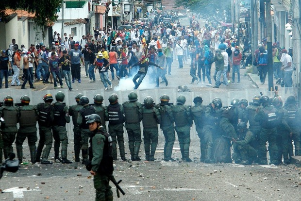 Во время протестов в Венесуэле ранили журналиста
