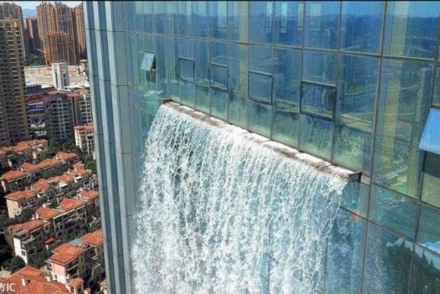 Водопад, появившийся на небоскребе, напугал местных жителей в Китае
