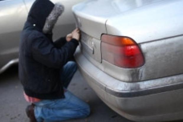 На Буковине крадут номера авто с иностранной регистрацией и шантажируют водителей