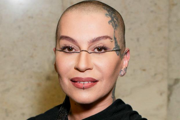 Лысая российская певица показала, как выглядит с волосами
