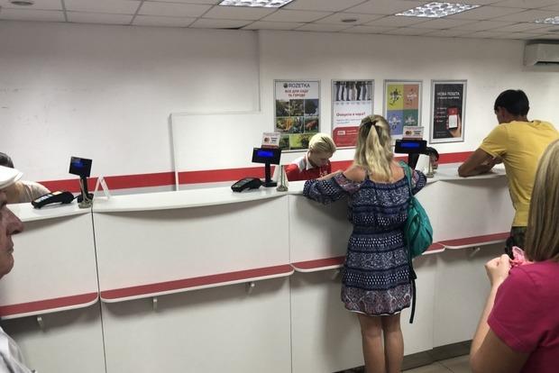 Карантинная истерия: Киевлянка укусила мужчину за коленку в очереди на Новой почте