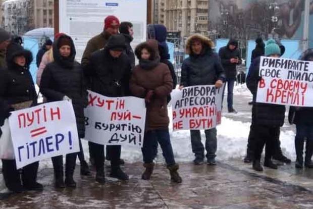 На Майдане сгорел «Путин». Люди протестуют против выборов в Крыму