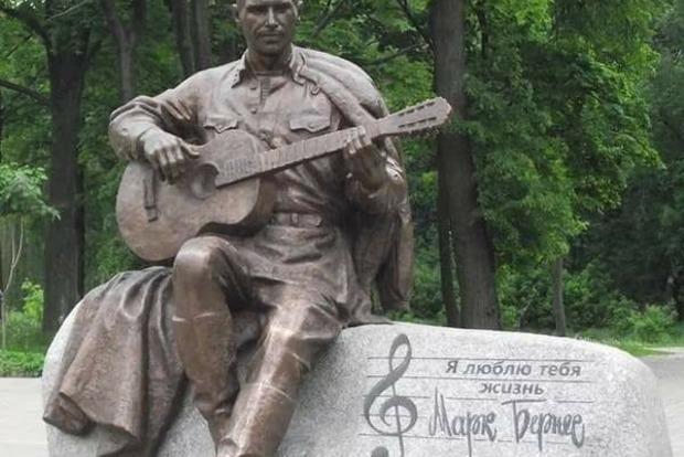 Полиция Нежина нашла пропавший памятник Марку Бернесу