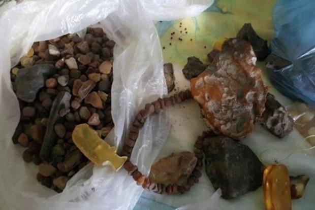 Правоохранители арестовали сотню нелегальных старателей янтаря на Волыни