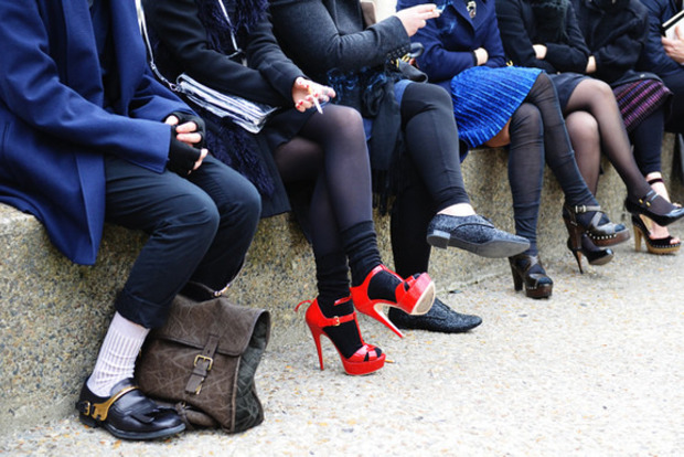 Насыпали, как сброду: Сеть взорвало видео торговли колготками в Черновцах